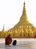 Monnik die in Shwedagon Paya bidden Stock Afbeelding
