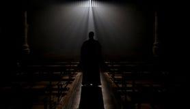 Monnik in een Romaanse Kerk. Stock Afbeeldingen