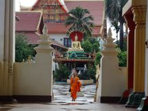 Monnik en details van beeldende kunsten bij Boeddhistische tempel Royalty-vrije Stock Afbeelding