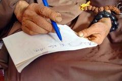 Monnik Hands Writing royalty-vrije stock afbeeldingen