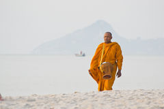 Monnik op het strand Stock Fotografie