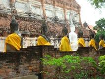 Monnik Statue met Student Disciples in Ayutthaya, Thailand stock foto's