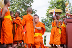 Monniken bekleed aan beginners Stock Afbeeldingen