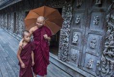 Monniken bij Shwenandaw-Klooster in Mandalay, Myanmar Stock Afbeelding