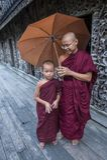 Monniken bij Shwenandaw-Klooster in Mandalay, Myanmar Stock Fotografie
