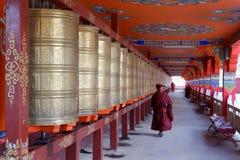 Monniken bij Yarchen-Geep in Sichuan, China royalty-vrije stock afbeeldingen