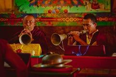 Monniken in boeddhistische tempel Royalty-vrije Stock Afbeeldingen