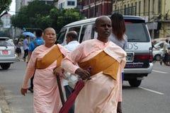 Monniken in de stad van Yangon Royalty-vrije Stock Afbeeldingen