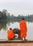 Monniken die Angkor Wat bezoeken Royalty-vrije Stock Fotografie