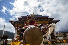 Monniken die bij het Tchechu-festival in de Vallei van Ura - Bumthang-, Bhutan, Azië dansen royalty-vrije stock foto