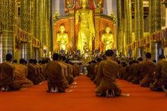 Monniken die bij Wat Chedi Luang-tempel in Chiang Mai, Thailand bidden Royalty-vrije Stock Afbeeldingen