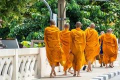 Monniken die binnen op de straat lopen royalty-vrije stock fotografie