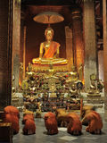 Monniken die in Boeddhistische kerk bidden Royalty-vrije Stock Foto's