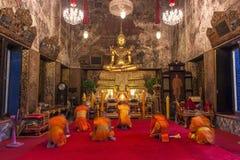 Monniken die in Boeddhistische kerk bidden Stock Fotografie