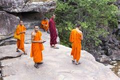 Monniken die Kep-waterval bezoeken dichtbij Kep Royalty-vrije Stock Afbeelding