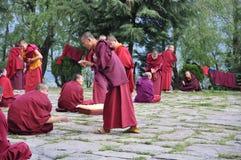 Monniken die met Retoriek in Bhutan belast Royalty-vrije Stock Afbeeldingen