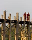 Monniken die op de Brug van U Bein in Myanmar lopen Royalty-vrije Stock Foto's