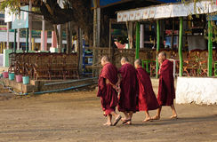 Monniken die op straat in Mandalay, Myanmar lopen Stock Afbeelding
