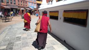 Monniken die rond Boudhanath Stupa in Katmandu, Nepal lopen 3D geluid stock video