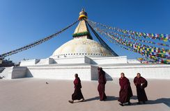 Monniken die rond Boudhanath-stupa lopen Stock Foto