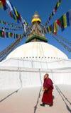 Monniken die rond Boudhanath-stupa lopen Stock Afbeelding