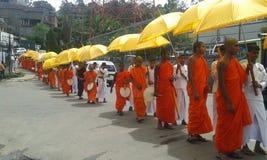 Monniken die voor aalmoes gaan die programma geven Royalty-vrije Stock Foto