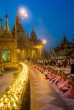 Monniken die voor kaarsen bidden stock afbeelding