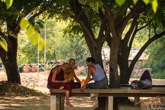 Monniken en Mensen die onder boom nemen Bagan, Myanmar, 11 Augustus 2018 stock afbeeldingen
