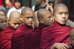 Monniken op een rij stock afbeelding