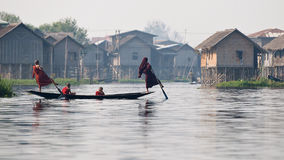 Monniken op Inle-Meer Birma stock fotografie
