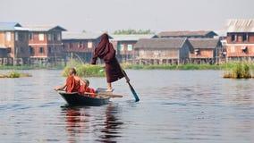 Monniken op Inle-Meer Birma Stock Afbeeldingen