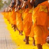 Monniken in Thailand stock afbeeldingen