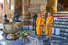 Monniken in Wat Phra Kaew, Bangkok stock afbeelding