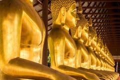 Monniks gouden beeld van Boedha Stock Foto