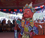 Monniks pefrorms rituele dans bij boeddhistisch festival Royalty-vrije Stock Foto's