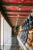 Monniks zwart en gouden beeld van Boedha Stock Foto