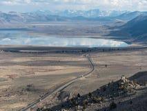 Mono озеро в восточном ряде сьерра-невады стоковые изображения rf