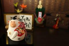 Mono blanco japonés del Año Nuevo y los objetos de la celebración Foto de archivo