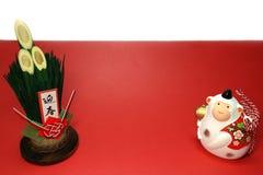Mono blanco y kadomatsu del Año Nuevo en el rojo y blanco Foto de archivo