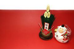 Mono blanco y kadomatsu del Año Nuevo en el #2 rojo y blanco Imagenes de archivo