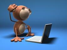 Mono con una computadora portátil Imagen de archivo libre de regalías