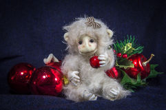 Mono con una manzana roja El símbolo del Año Nuevo Imagen de archivo