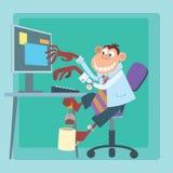 Mono de la oficina que trabaja en el ordenador y que hace té Imagenes de archivo