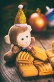 Mono del Año Nuevo y galletas de mantequilla de la Navidad Imagenes de archivo