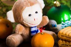 Mono del Año Nuevo y galletas de mantequilla de la Navidad Foto de archivo