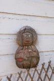 Mono del coco en la cerca del enrejado y una pared de rejilla de madera con pis Fotos de archivo