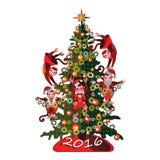 Mono divertido en un árbol de navidad en un fondo blanco Foto de archivo
