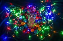 Mono en decoraciones de la Navidad Símbolo chino del Año Nuevo Imágenes de archivo libres de regalías