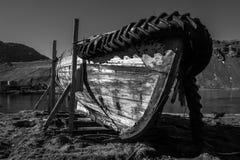 Mono imbarcazione a remi abbandonata sui blocchi di legno Fotografie Stock Libere da Diritti