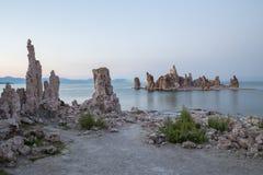 Mono jezioro z tufa skałą przy zmierzchem w Mono okręgu administracyjnym, Kalifornia, usa Zdjęcia Royalty Free